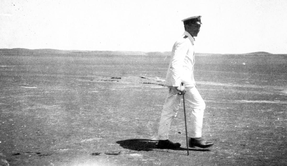 Fylgias resor 1924-25. En person ute och går vid stranden.