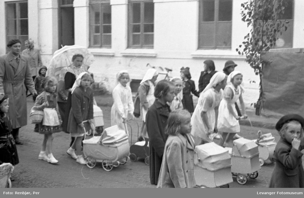 Barnas dag, Levanger, jenter utkledde som husmorvikarer, barnepleierer el.l.