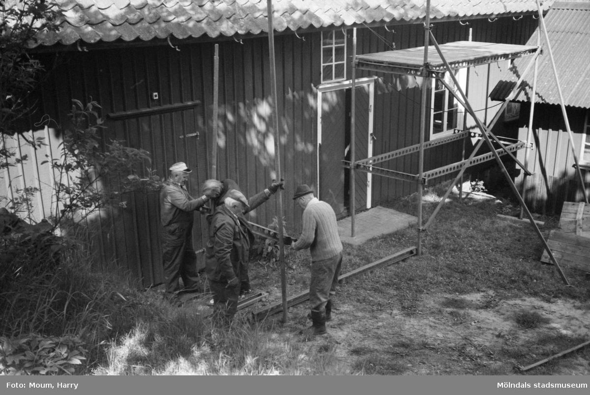 Hembygdsgården Börjesgården i Hällesåker, Lindome, år 1983. Byggnadsunderhåll på gårdens snickarbod.  För mer information om bilden se under tilläggsinformation.