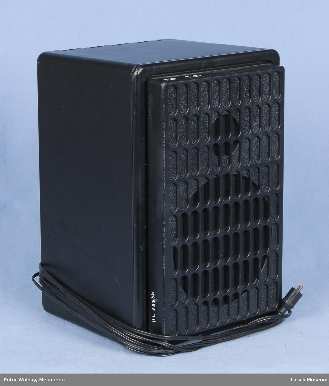 Form: Rektangulær boks med gitterformet front