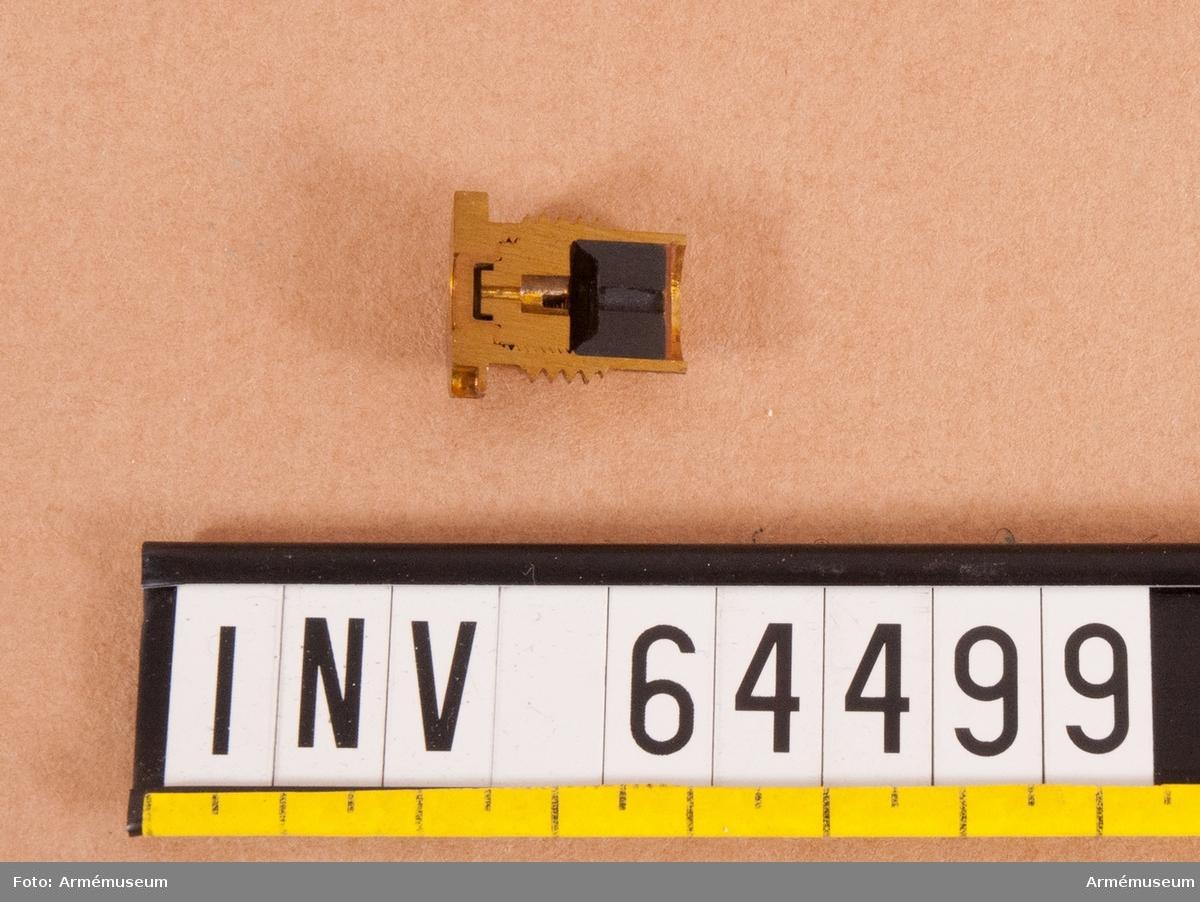 Grupp F II. Genomskuren tändskruv fm/1918 med tändhatt.
