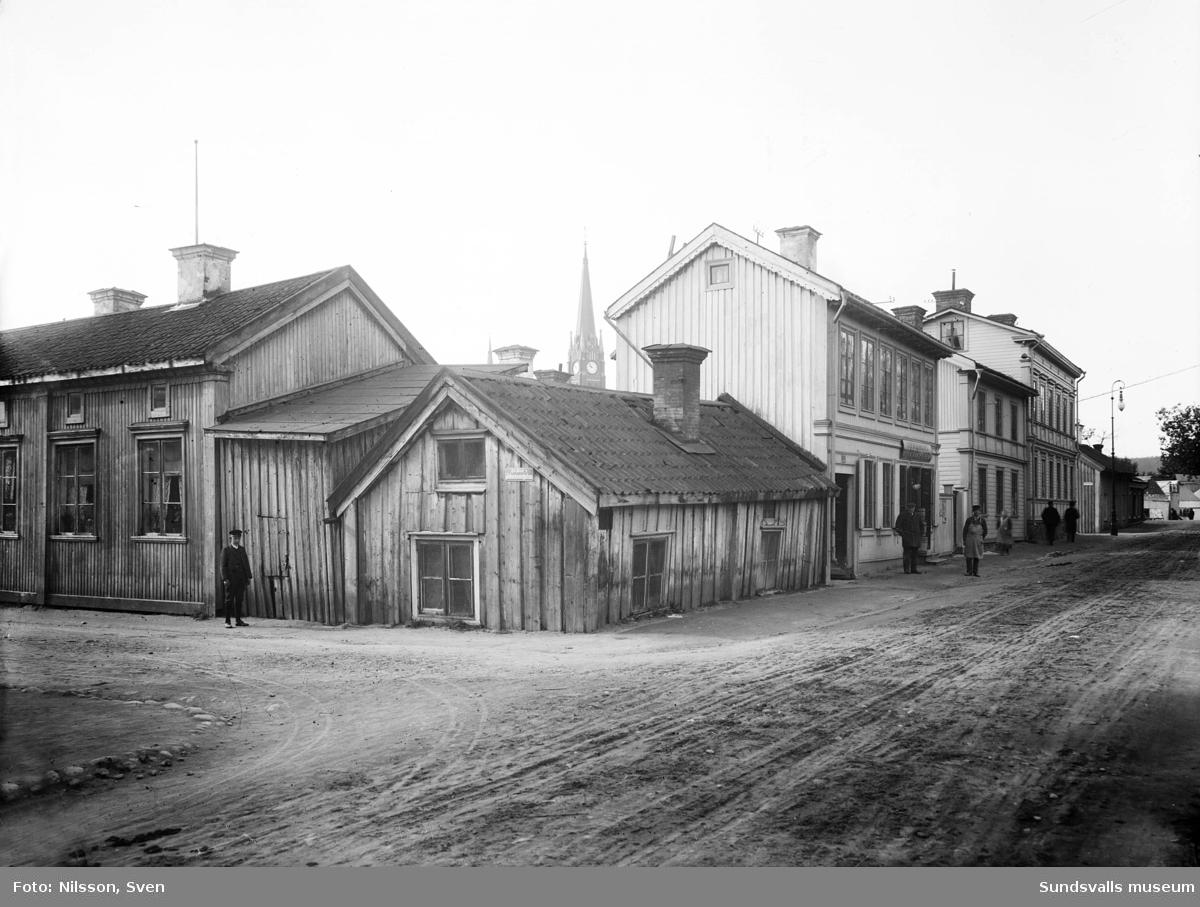 Johannesgatan - Norrmalmsgatan västerut. Till höger Wikholms diversehandel.