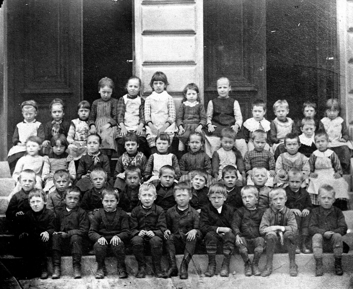Skolbarn, grupp. Reproduktion av E Sörman.