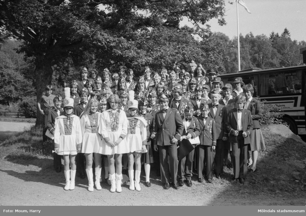 """Norska skolorkestern Åsgårdens skolekorps vid Torrekulla turiststation i Kållered, år 1983. """"Åsgårdens skolekorps på parad vid Torrekulla.""""  För mer information om bilden se under tilläggsinformation."""