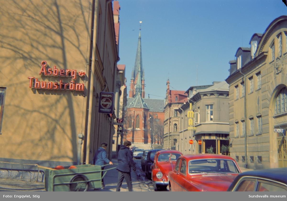Kyrkogatan med varmbadhuset närmast till höger och IMA-tvätten därefter. Gustav Adolf-kyrkan i bakgrunden.