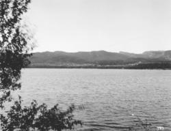 Rafsbotn fotografert fra lang avstand over sjøen