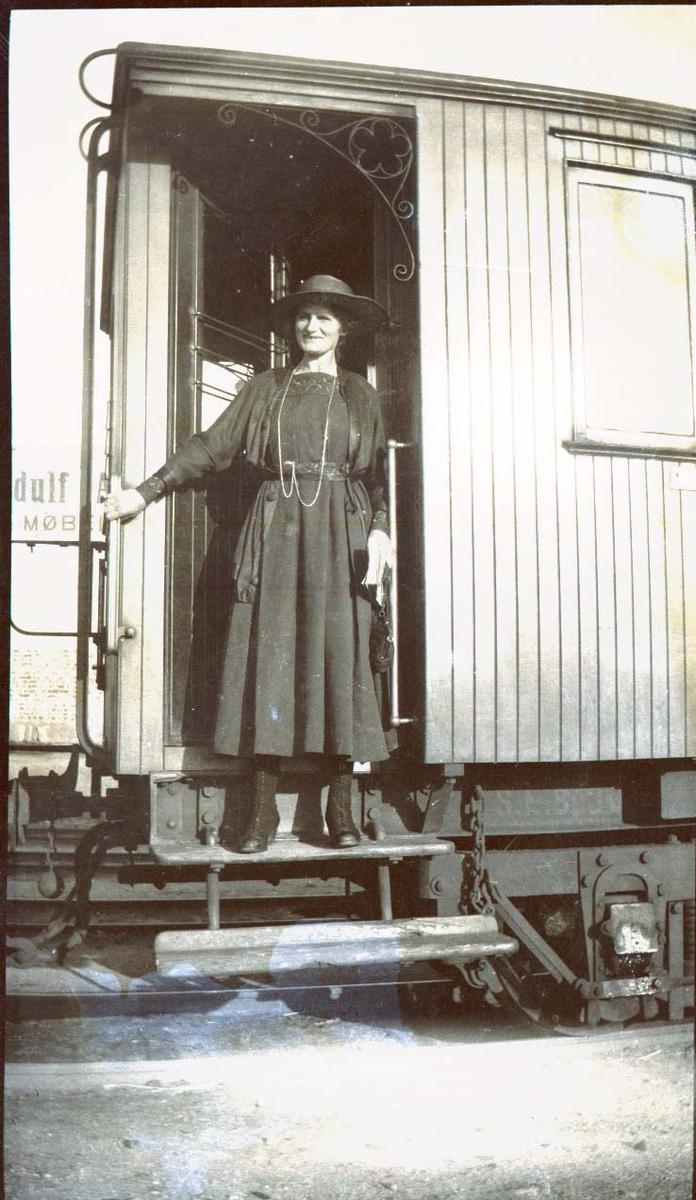Kvinne og jernbanevogn.