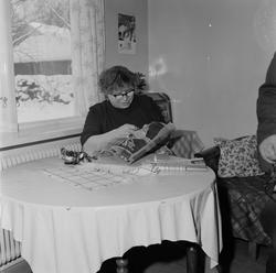 Kvinna handarbetar, Uppland