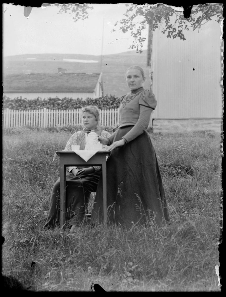 To kvinner ved kaffebord utenfor sorenskrivergården i Tana