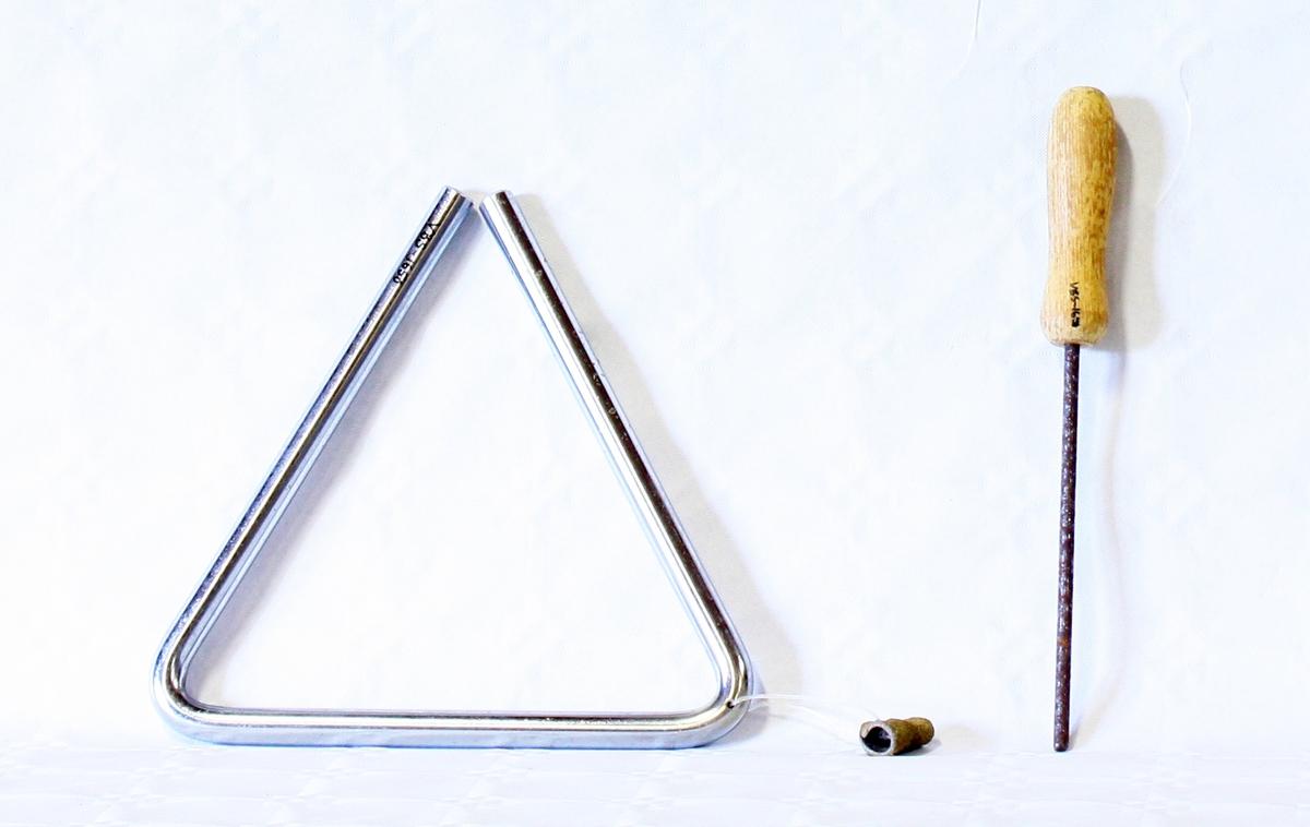 Triangel med slagpinne. Trinagelet har en plasthempe. Slagpinnen er i metall med treskaft.