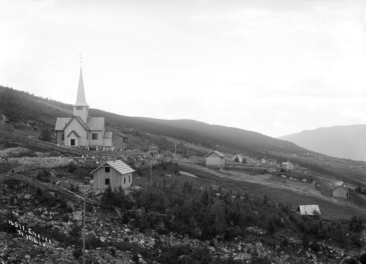 Kort: 30.08.1909. Ringebu. Vennebygden (Venabygd) kirke. Bebyggelse, skigard, hus under oppføring. Kirkevangen i forgrunnen.