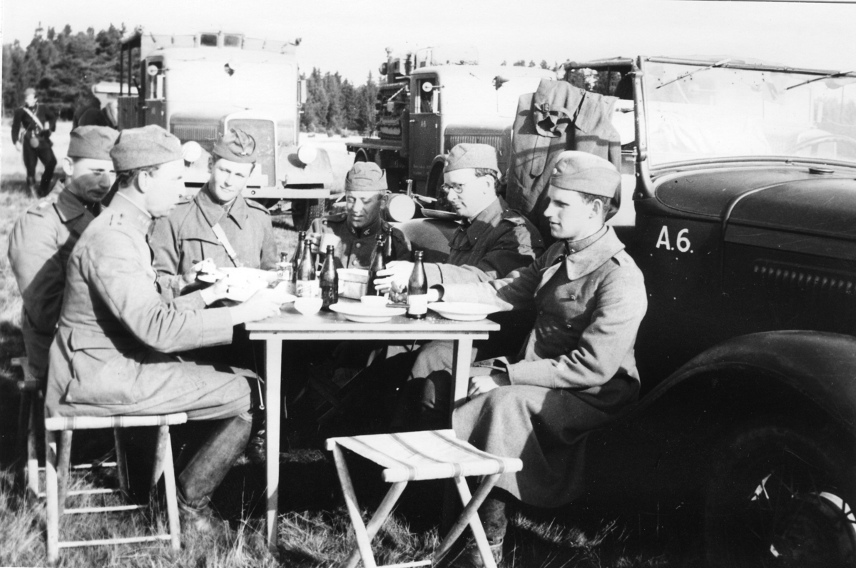 Lunch, A 6. Batteri Landin. T. v. kapten Landin, T. h. fänrik Herlitz.