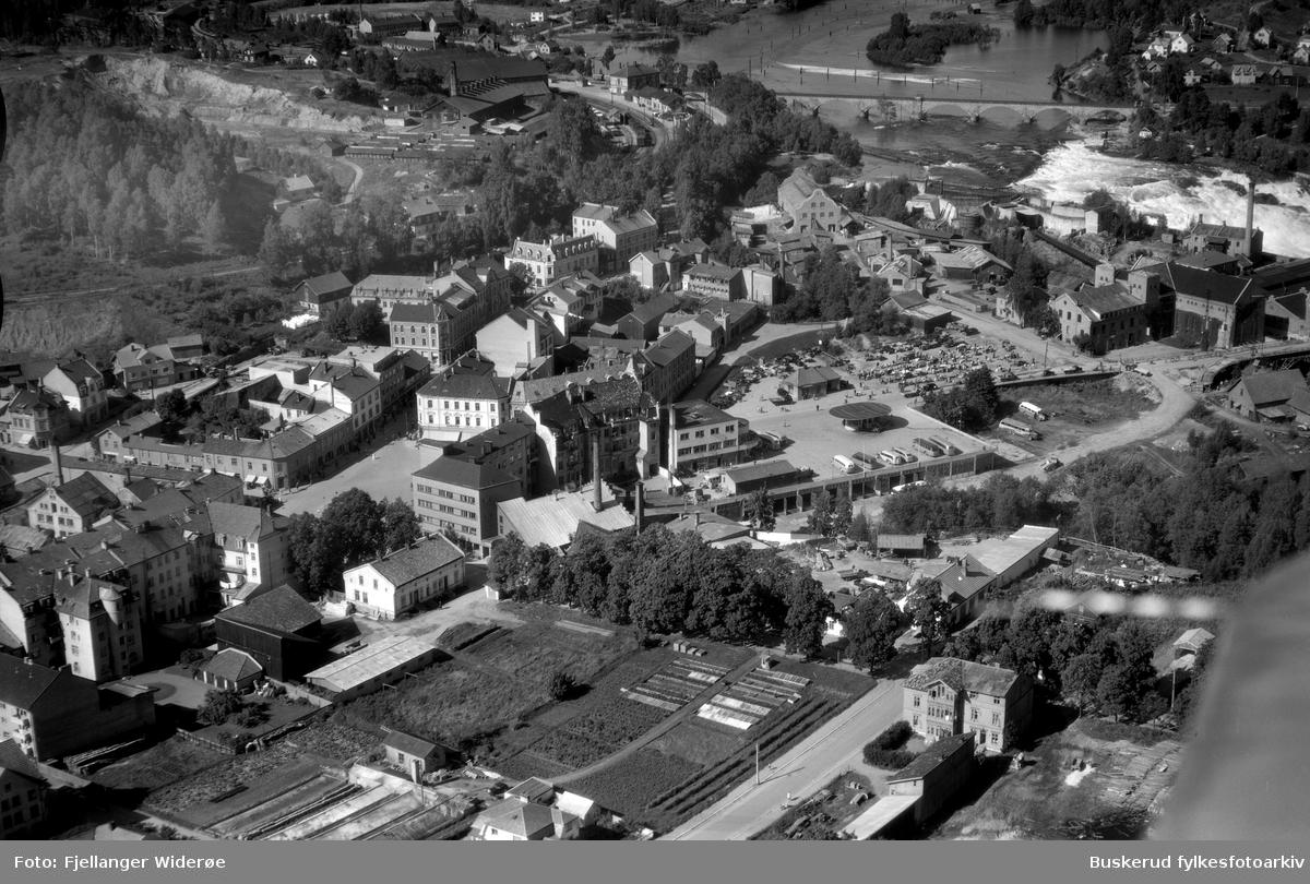 Hønefoss sentrum St, Olavsgate, Stabellsgate, Fossveien, Kong Ringsgate, Rutebilstasjonen Hønefossen 1950