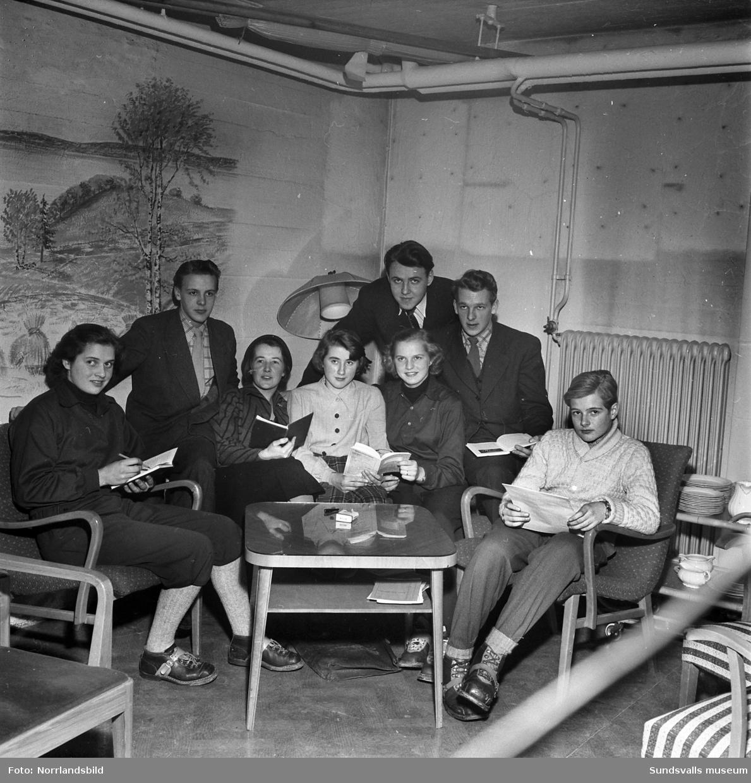 Selångers teatercirkel med ledaren Lisa Lindblad.