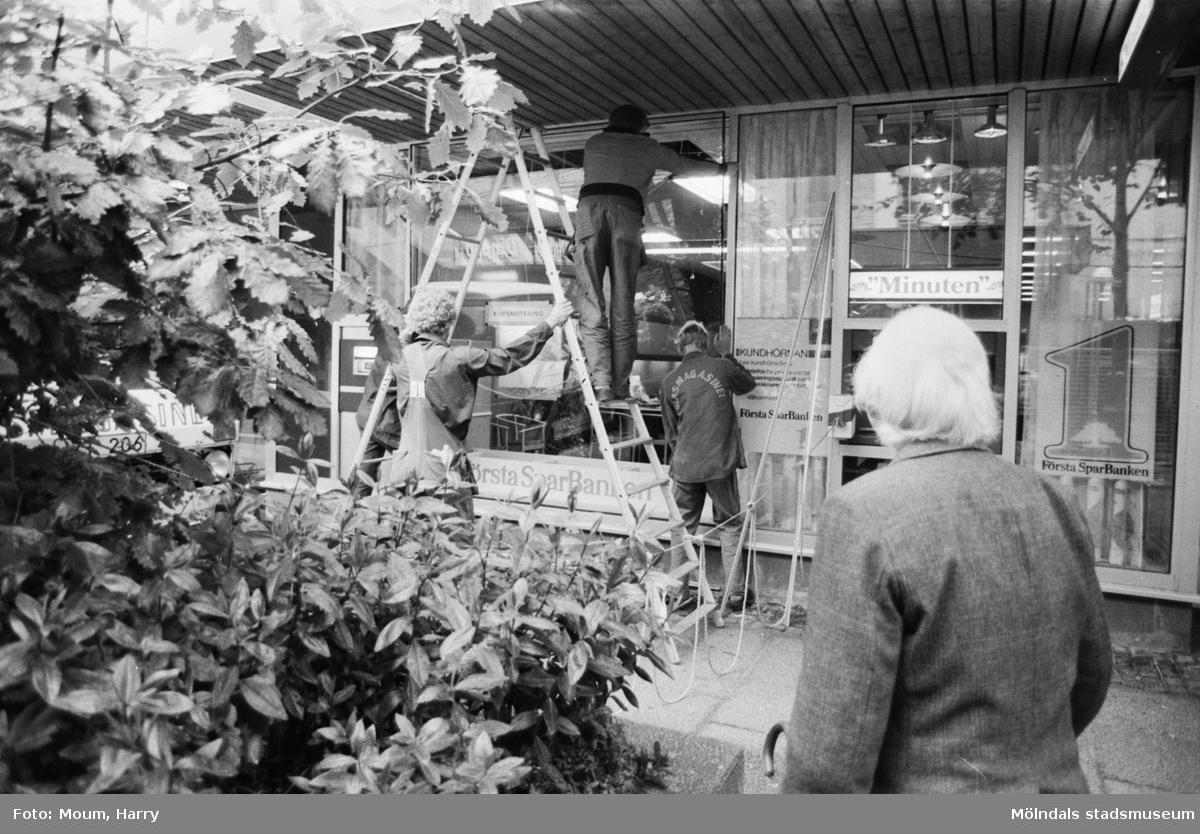 Byte av fönster på Första Sparbanken i Mölndals Bro, år 1983.  För mer information om bilden se under tilläggsinformation.
