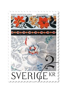 Frimärken i rulle, med tio frimärken i ett motiv av en blomtapet i en Hälsingegård. Valör 20 kr.