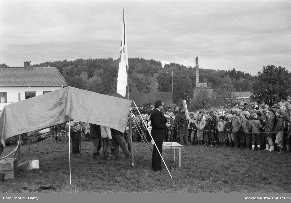 Annestorpsdalens scoutkår anordnar distriktstävlingar från scoutgården vid Konditorivägen i Lindome, år 1983. Mats Oreklev håller i andakten.  För mer information om bilden se under tilläggsinformation.