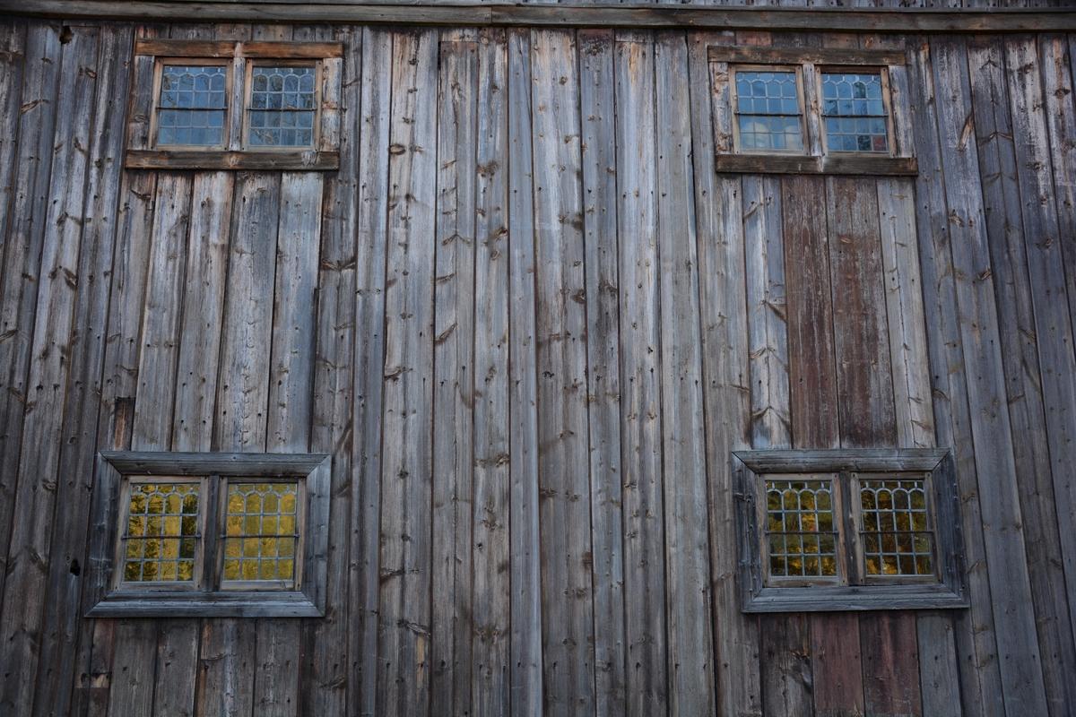 Bygning frå Øystre Slidre. Sannsynligvis satt opp 1670–80. Slik han framstår i dag, kan ein sjå både eit klassisistisk 1800-talseksteriør og ei eldre, tradisjonelt langsval. Det gamle innbuet er inntakt med framskåp, fatskåp, seng, bord, benkar og stølar - plassert på tradisjonell måte.