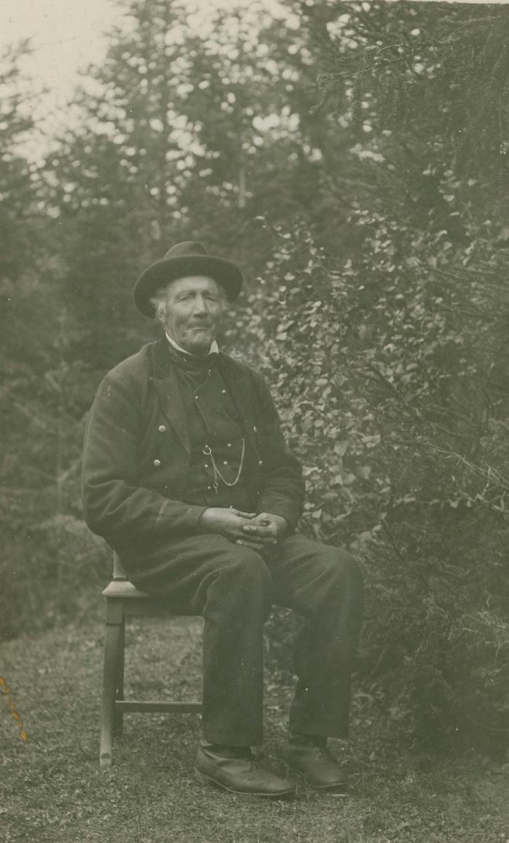 Mann med hatt og hallingbunad.