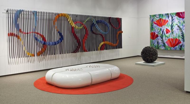 Kunsthåndverk på gulv og vegg utstilt i museets underetasje