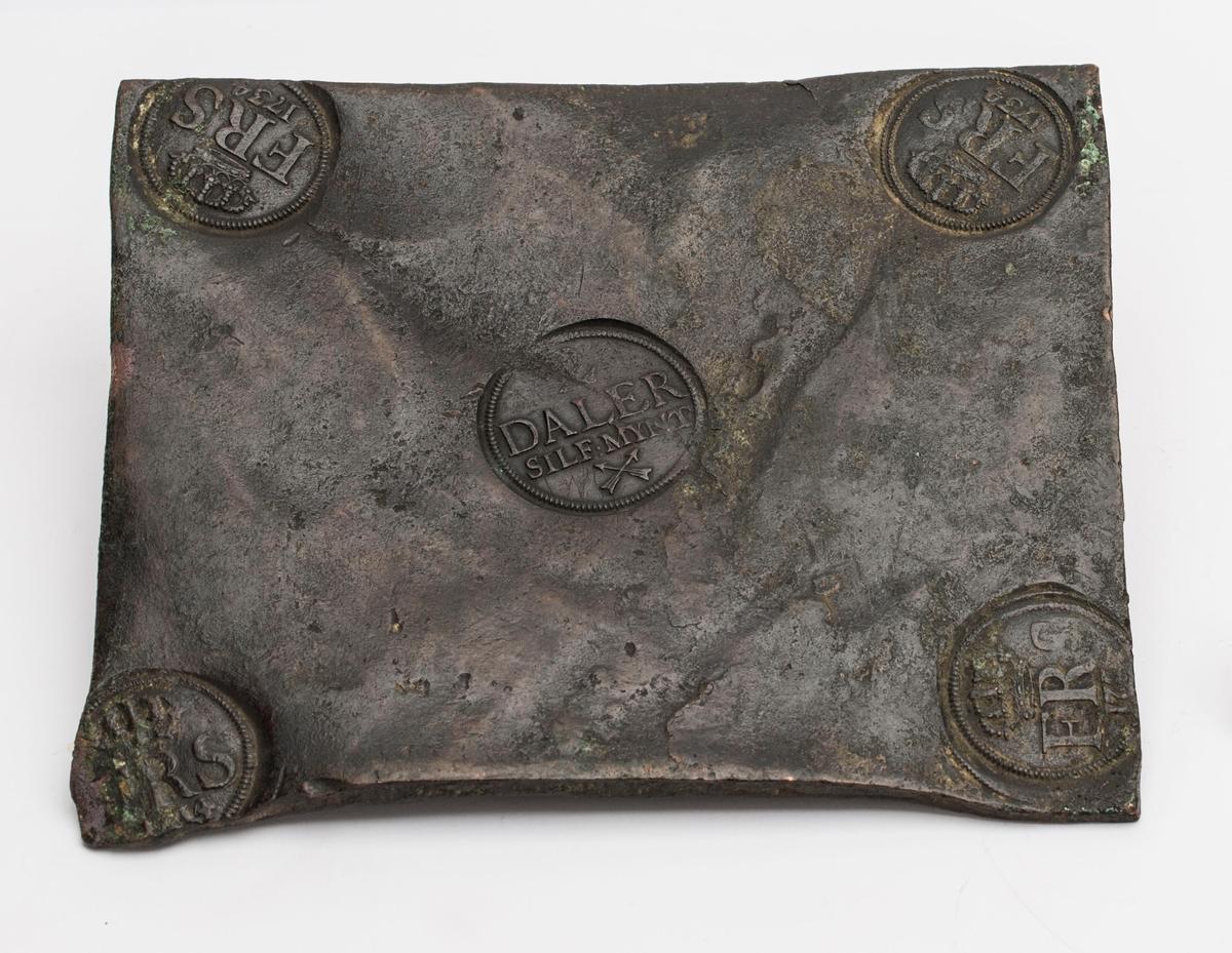 Fire stempler i hver sitt hjørne med Fredrik I s monogram.
