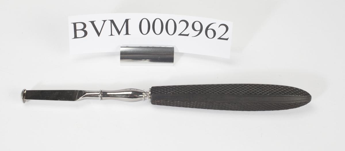 Kniv med svart lakkert håndtak. Spissen på knivbladet er stump i formen, tilnærmet en halvkule.