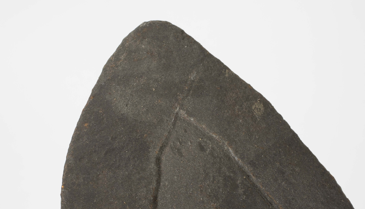 Jernhakke med påsmidd forsterkning rundt kanten.
