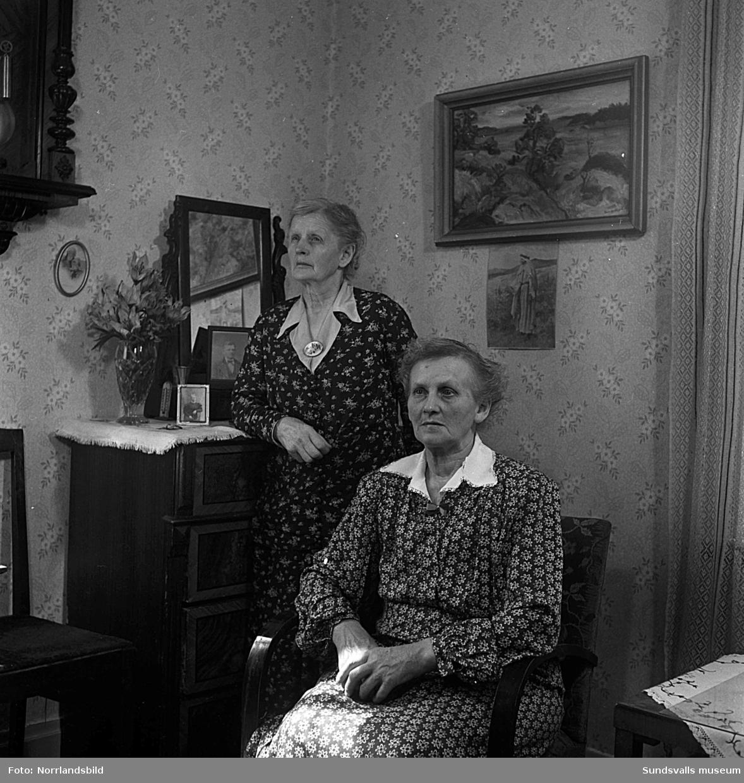 Gård vid Hagavägen. Interiörbilder med två kvinnor och en man samt exteriörbilder.