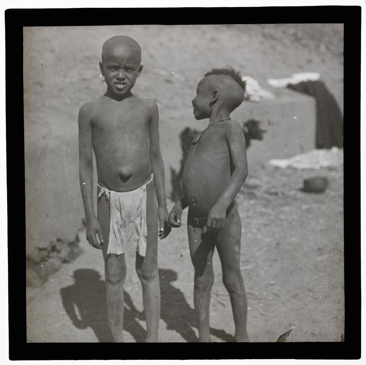 """""""Abysinerbørn"""" (Bildetekst fra album) To små gutter med lendeklede, en har navlebrokk."""