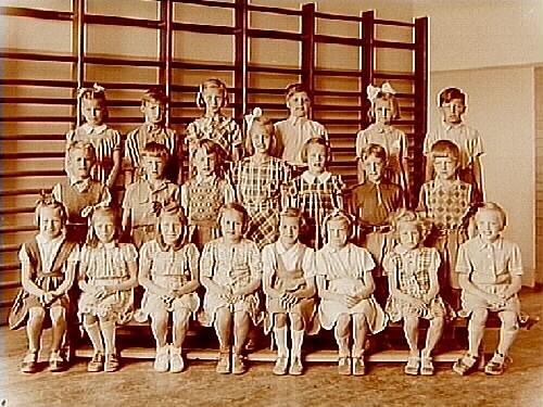 Engelbrektsskolan, klassrumsinteriör, 21 skolbarn med lärarinna fru Agda Borgell, klass 2, sal 4.