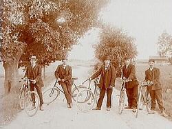 5 cyklister på landsvägen.Erik Johansson. Nr.1 från vänste