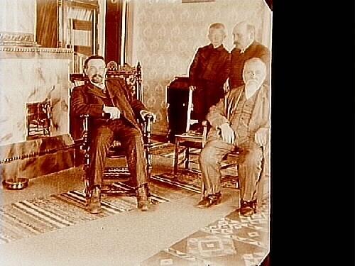 Familjebild, rumsinteriör, tre män och en pojke.Två bilder (8x8 cm) på samma glasplåt (8x17 cm).
