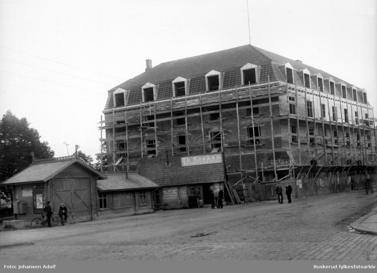 Bygging av Hønefos og Oplands privatbank. Banken ble grunnlagt i 1899. TH. Granum skoforretning og kjøttvekta lå ogsp på S. Torg ca. 1910