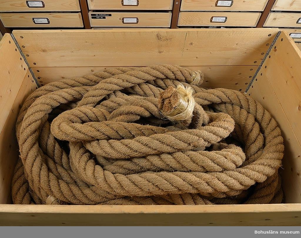 Tross av hampa, drygt 19 meter. I två delar. Försedd med öglor insplitsad.  Har använts vid islandsfiske med drivgarn efter sill. Från Mollösund.