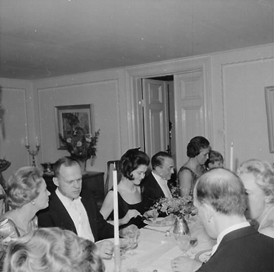 Rumsinteriör, grupp vid bordet, fru Risbergs 70-årsmiddag.