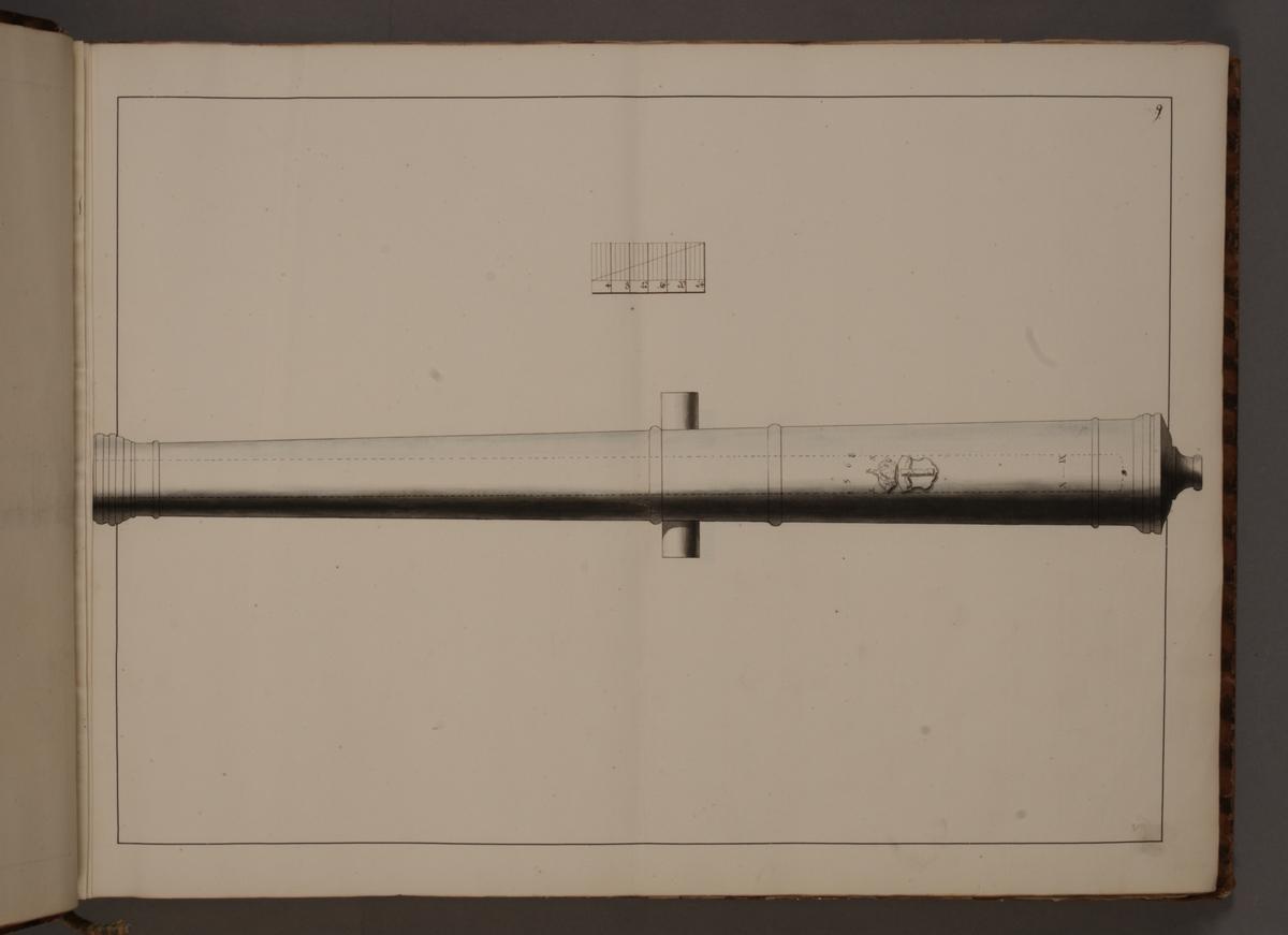 Avbildning föreställande gammalt svenskt metallstycke som legat på rikets fästningar, med svenska vapnet och bokstäverna ERS. Ingår i volym med avbildade äldre svenska eldrör förvarade på fästningar samt eldrör erövrade åren 1598-1679.