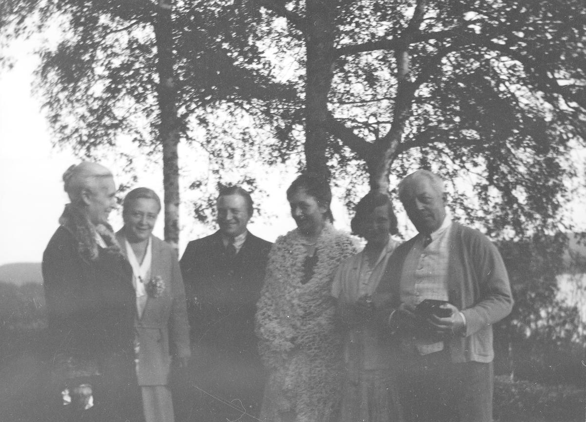 Fra venstre: Anna Mathiesen, Elise Frölich f. Mathiesen, uidentifisert mann, Marie Gleditsch, uidentifisert kvinne, Christian Pierre Mathiesen.