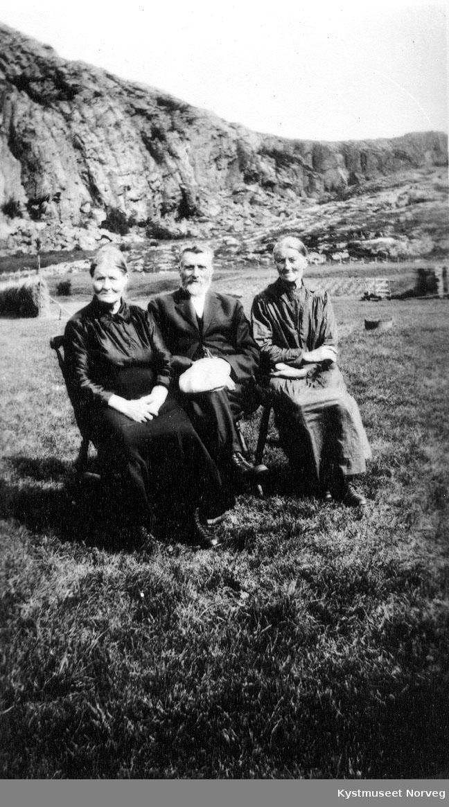 """Karoline Gladsø, Johannes Strøm og Hansine Gladsø i """"Johannes-gården"""""""