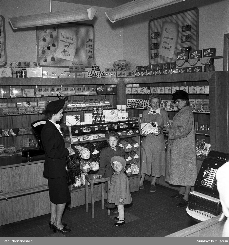 Konsums snabbköp vid Bankgatan i Sundsvall. Interiörbilder med kunder och personal.