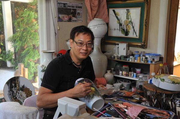 Thanh Duc Hong - Brumunddalsteknikken -Med pensel og porselen fra Asia til Asia. Foto/Photo