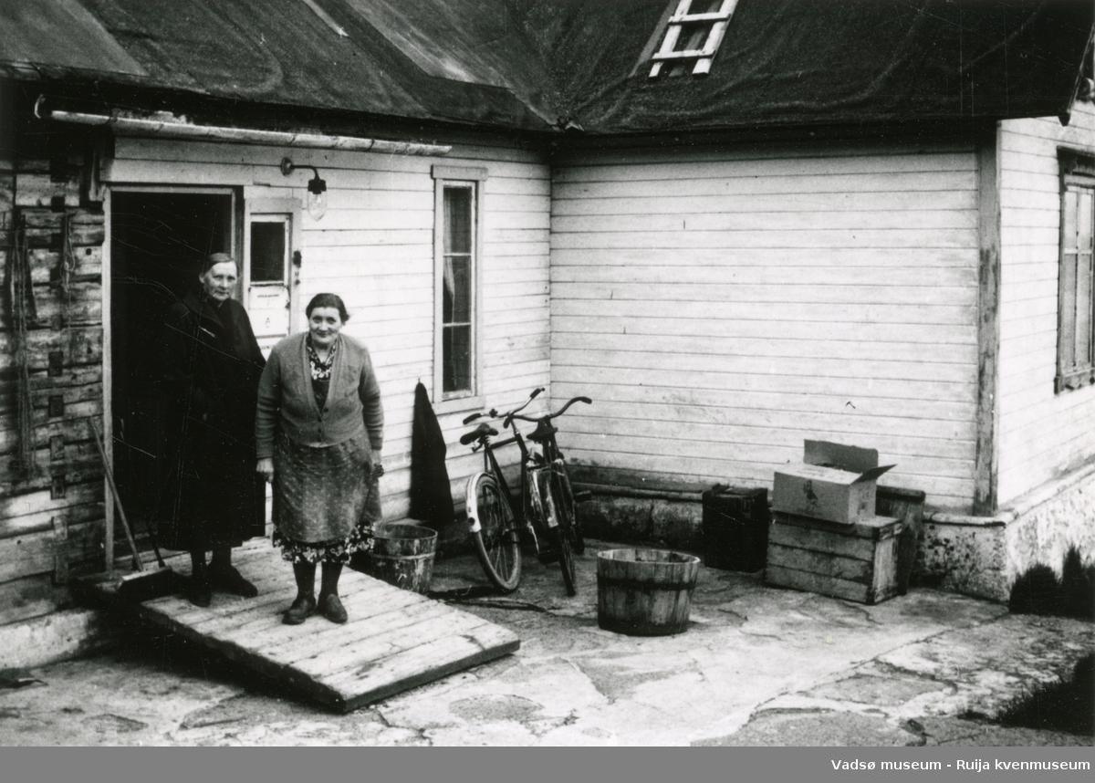 Laura Natalie Niska til venstre og Hilja Josefine Hasti til høyre foran Hastis hus i Paddeby. Huset