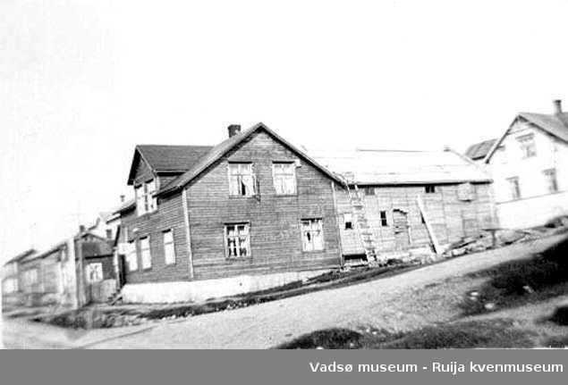 Varangerhus i sveitserstil  i Hvistendahlsgt. 15 i krysset Fiskergata i Vadsø. Hans Pedersens hus med butikk. I bakgrunnen ser vi Andreas Jokis hus og butikk.