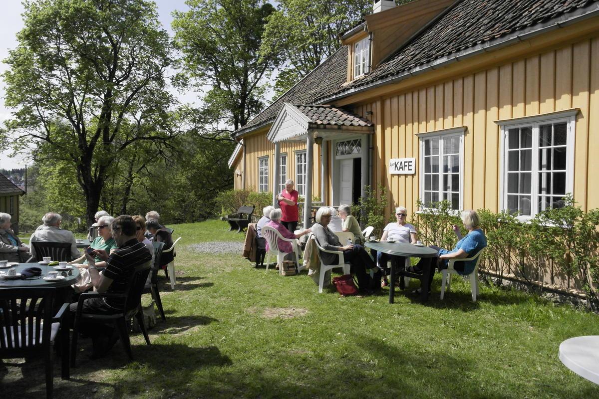 Kafégjester utenfor hovedbygningen på Skedsmo bygdemuseum.