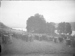 Olavshaugen  på Hundorp ca 1907, Gruppe personer, landskap,g