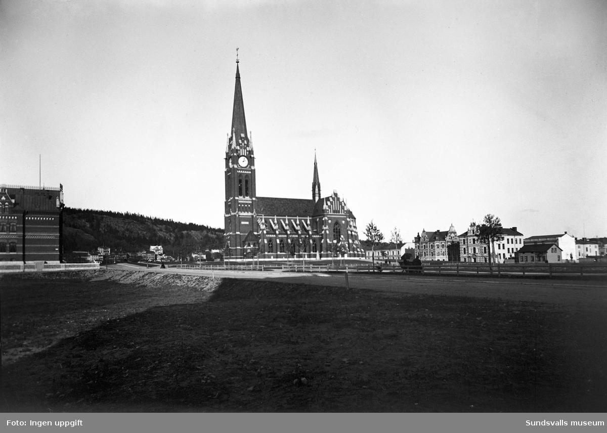 Gustav Adolfs kyrka med omgivande bebyggelse.