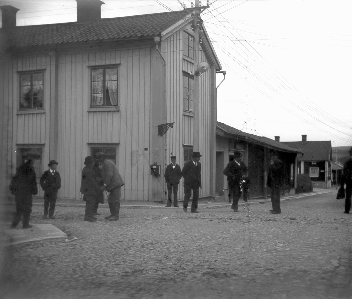 """Nora, bostadshus. Hörnet av Rådmansgatan/Storgatan. Huset var restaurang 47:an. Samma ingång hade nedre våningens ölstuga. I andra änden på detta hus fanns Systembolagets försäljning i Nora. Där brann denna lokal en natt på 1960-talet. Lilla huset med två skorstenarna är """"Åkar-Axels hus i korsningen Rådmansgatan / Borgmästargatan. Åkar-Axels hus finns ännu bevarat (år 2016). Strax hitom Åkar-Axels hus byggdes sedermera badhuset som ännu finns kvar ( år 2016), men inte som badhus. Observera brandlarmsskåpet där man skulle trycka in ett glas för att larma brandkåren."""