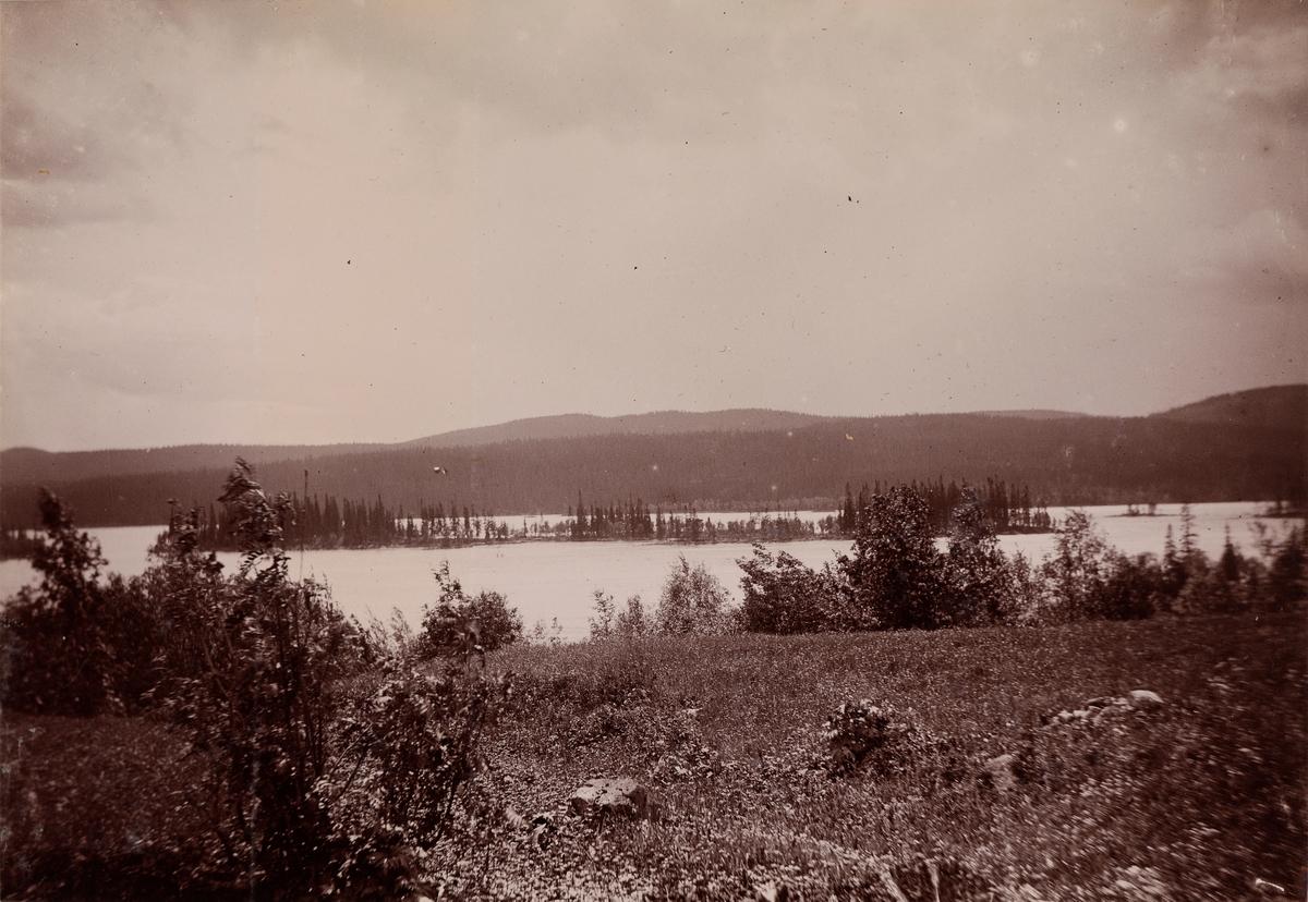 Utsikt over et landskap med innsjø.