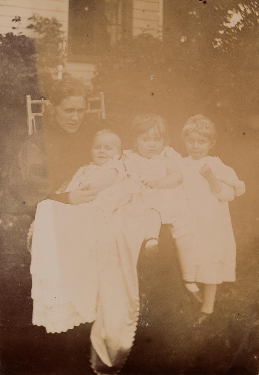 Erikka Kiær Mathiesen med Erica, Eva og Tinken Mathiesen.