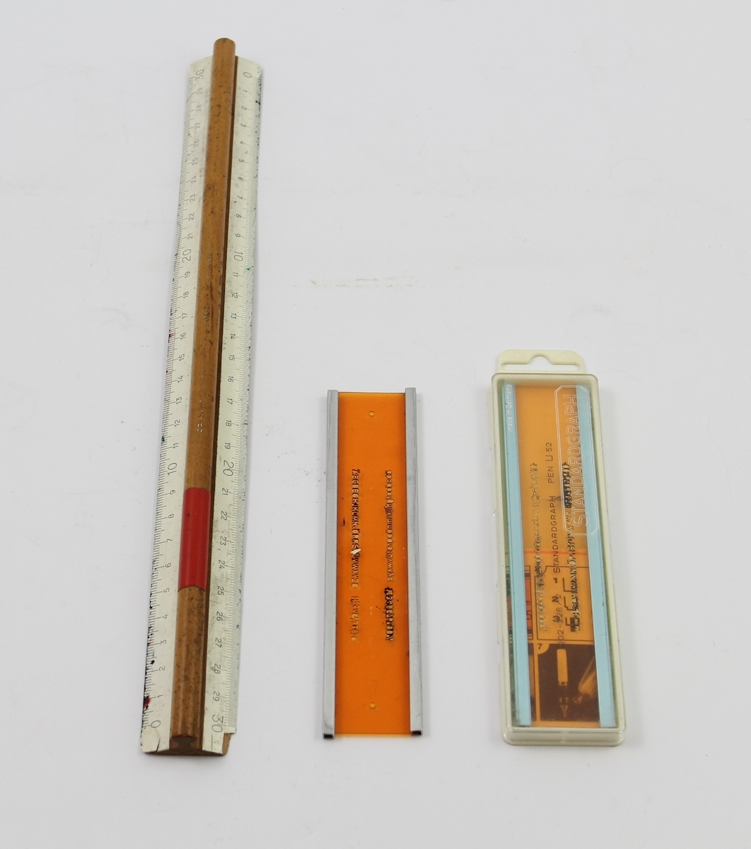 A: 30 cm lang linjal av treverk, opphøyning langs midten, hvitmalte kanter, eksponert treverk på baksiden. B-C: Orange-transparent rektangulær plate med aluminiumskanter langs langsidene, stensil for bokstaver og tall i det orange feltet. Til C hører det til et delvis transparent etui og et sammenbrettet ark med bruksanvisning på tysk og fransk.