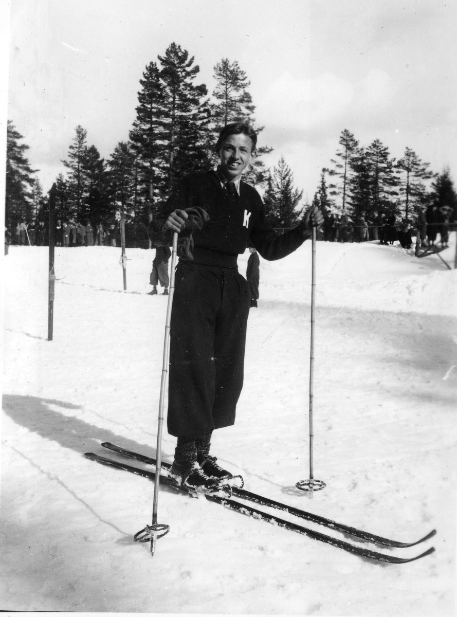 Kongsberg skier Alf Thorrud doing downhill in 1934